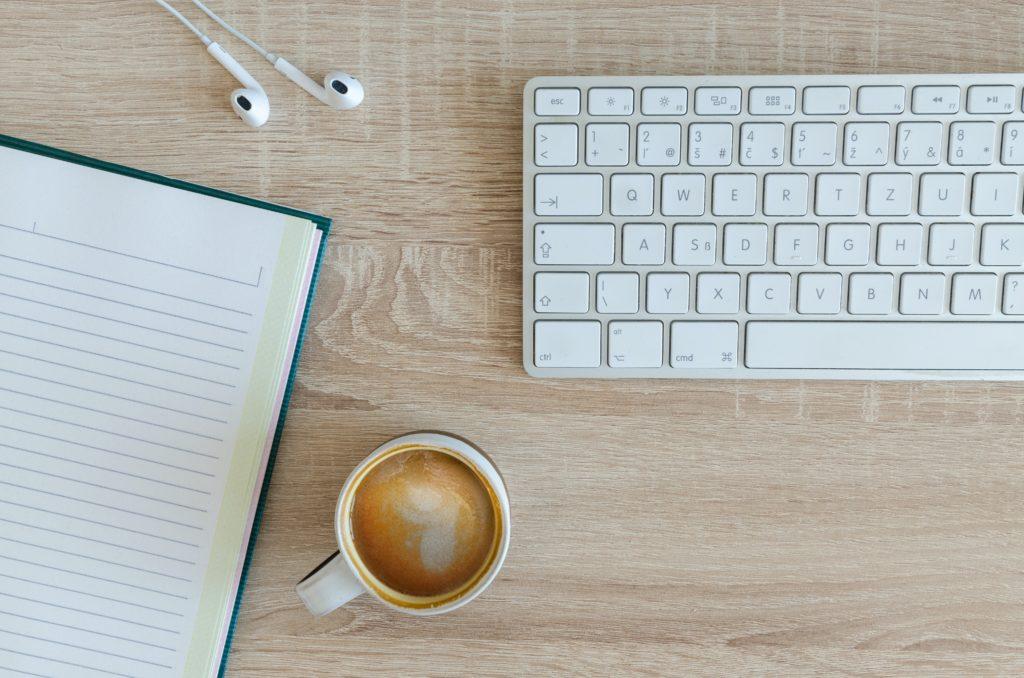 Unternehmensblog erstellen Tastatur Gründe Kaffee Notizbuch
