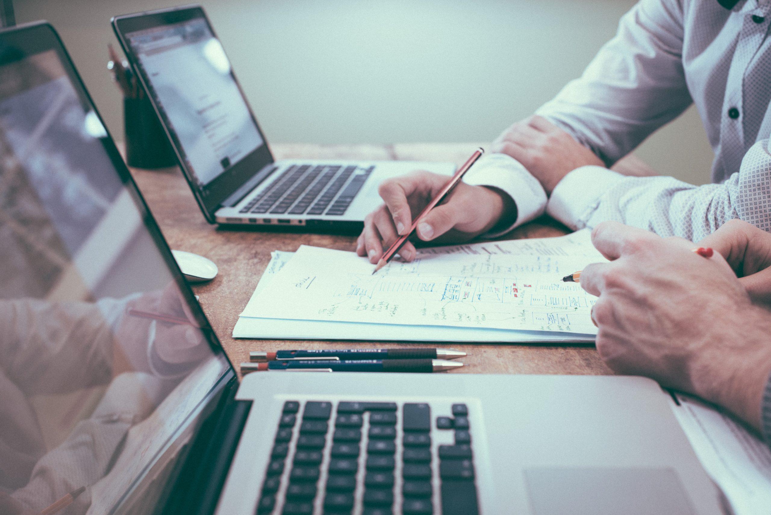Blog erstellen Unternehmen Laptop arbeiten Hand